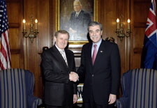 Trade Minister Crean and Secretary Gutierrez shaking hands.
