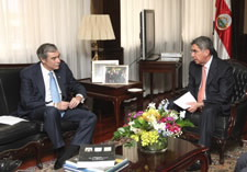 Commerce Secretary Carlos M. Gutierrez seated with Costa Rica President Oscar Arias. Click here for larger image.